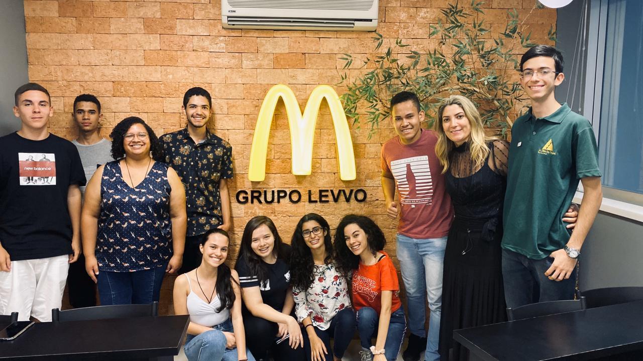 Instituto Levvo recebe jovens em loja da McDonald's