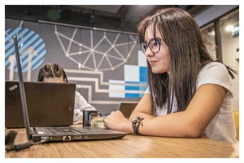 Garota olhando para seu laptop